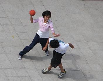 Balón prisionero, juego con balón