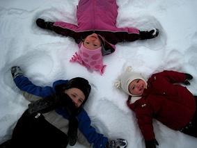 Juegos de nieve: Bolas de nieve, trineo, muñeco de nieve Navidad.